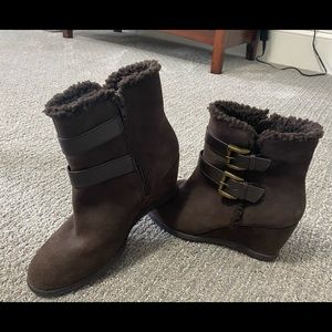 Solesensability suede wedge boot. SZ: 7